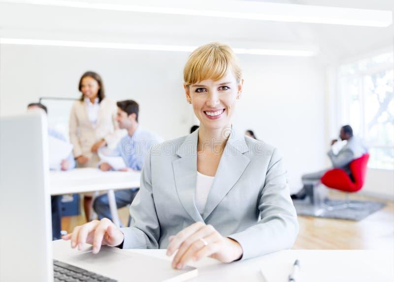 Εταιρικό γραφείο κυρία Wearing ένα όμορφο χαμόγελο στοκ φωτογραφία