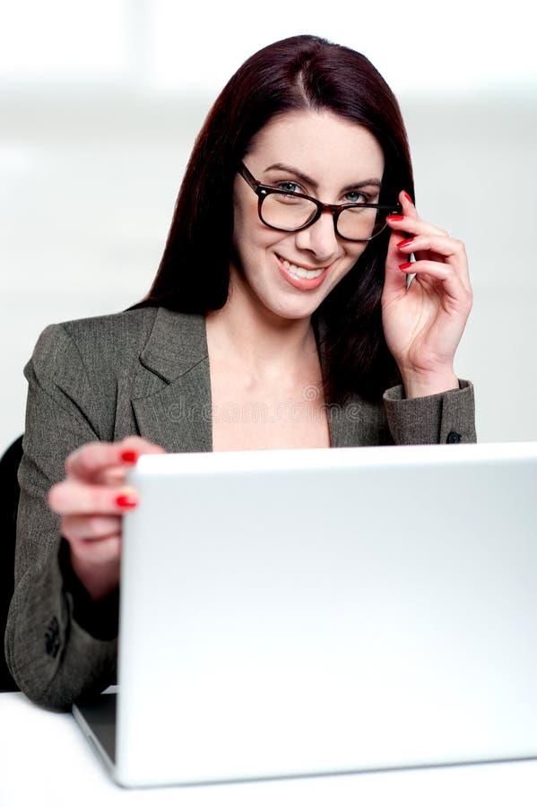 εταιρικό κλείσιμο γυναικείων lap-top στοκ εικόνες