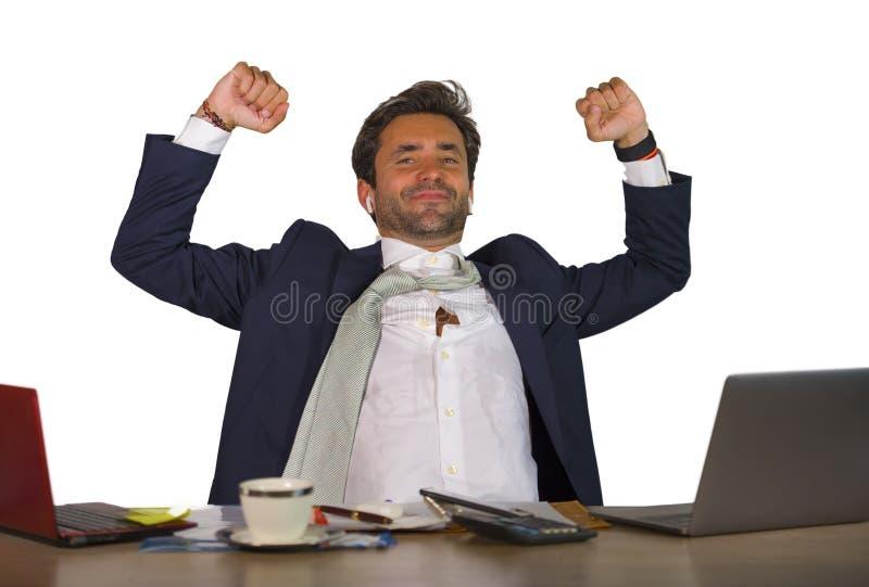 Εταιρικό πορτρέτο γραφείων του νέου όμορφου και ελκυστικού ευτυχούς επιχειρηματία που χαμογελά την εύθυμη και ικανοποιημένη επιχε στοκ φωτογραφία