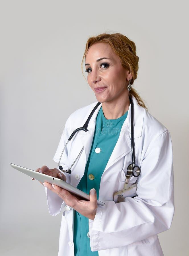 Εταιρικό πορτρέτο προσωπικού του ευτυχούς γιατρού ή της νοσοκόμας έκτακτης ανάγκης MD γυναικών που θέτει το χαμόγελο εύθυμο με το στοκ εικόνες