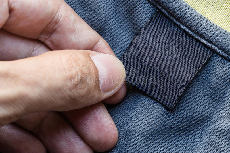 ετικέτα ιματισμού λαβής χεριών στοκ φωτογραφία με δικαίωμα ελεύθερης χρήσης