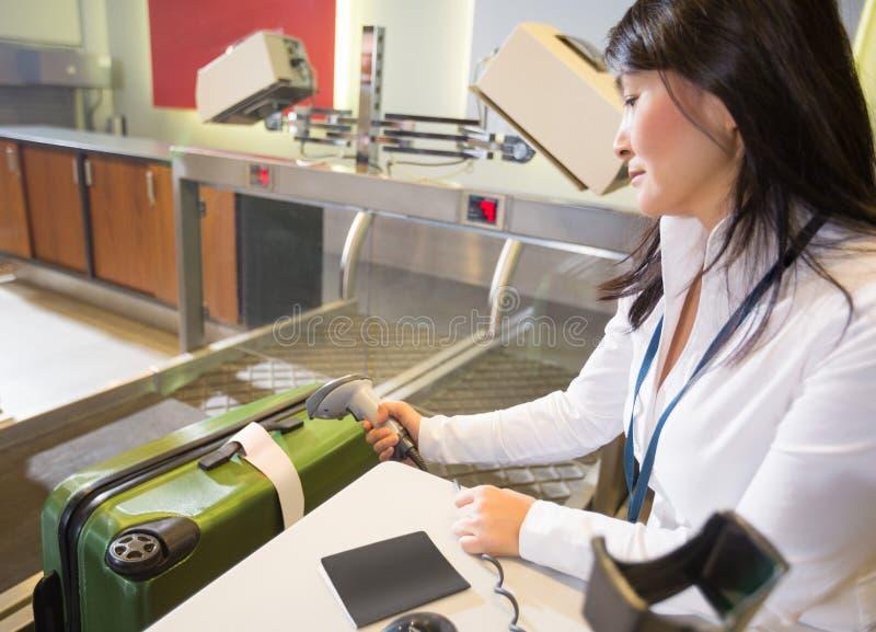Ετικέττα ανίχνευσης γυναικών στις αποσκευές στην είσοδο αερολιμένων στοκ εικόνα με δικαίωμα ελεύθερης χρήσης