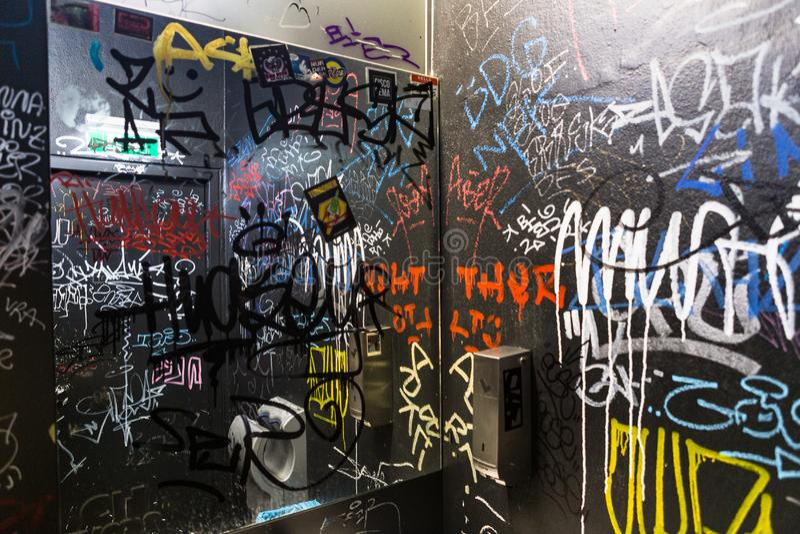 Ετικέττα βανδαλισμού γκράφιτι που γράφει το εσωτερικό χρώμα κειμένων τοίχων χώρων ανάπαυσης τουαλετών WC στοκ εικόνες με δικαίωμα ελεύθερης χρήσης
