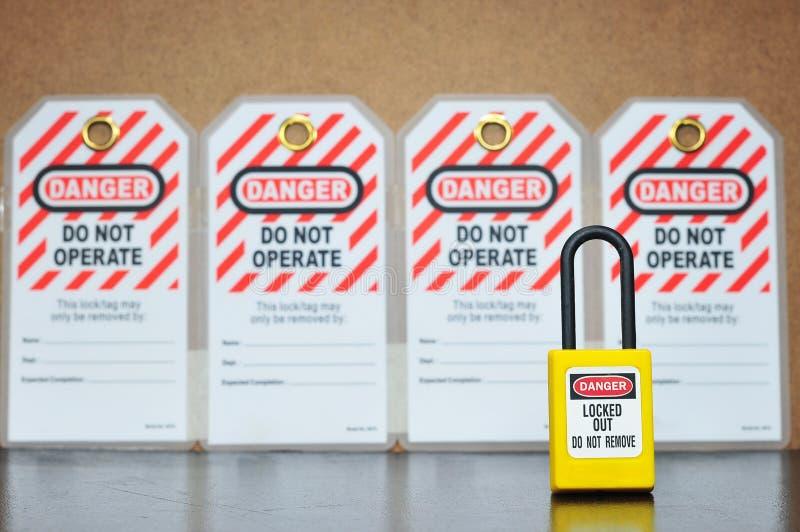 Ετικέττα κλειδαριών out& έξω, σήμανση ασφάλειας στοκ φωτογραφίες με δικαίωμα ελεύθερης χρήσης