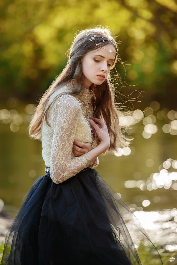Ευαίσθητο πορτρέτο τέχνης του όμορφου μόνου κοριτσιού στη δασική όμορφη τοποθέτηση γυναικών υπαίθρια και την εξέταση σας Χαριτωμέ στοκ εικόνες