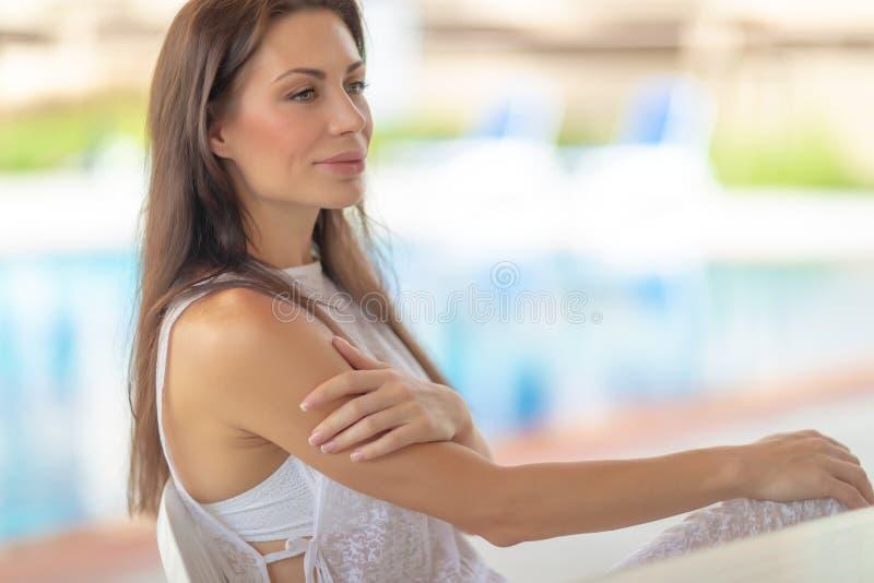 Ευγενής γυναίκα στο παραθαλάσσιο θέρετρο στοκ εικόνα με δικαίωμα ελεύθερης χρήσης