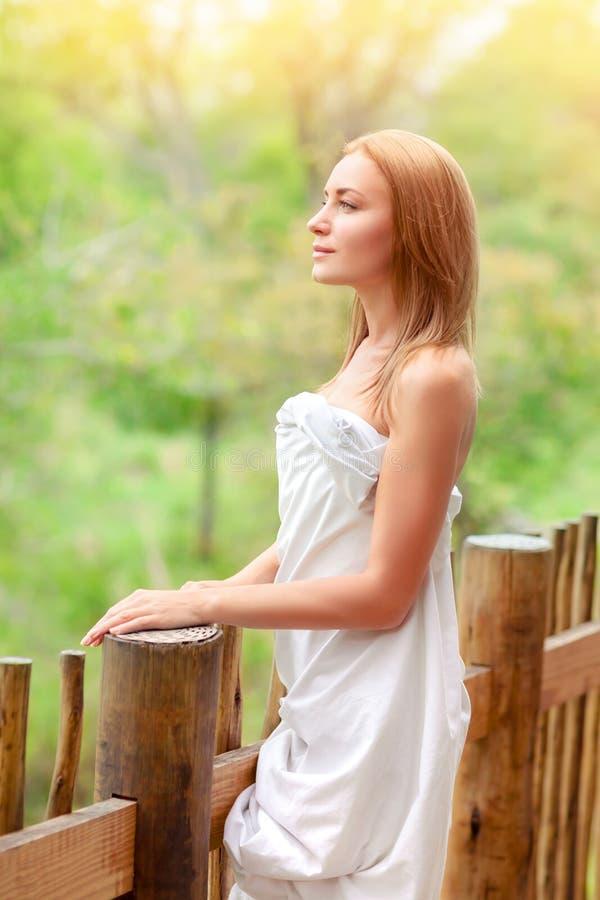 Ευγενής γυναίκα στο πεζούλι στοκ εικόνες