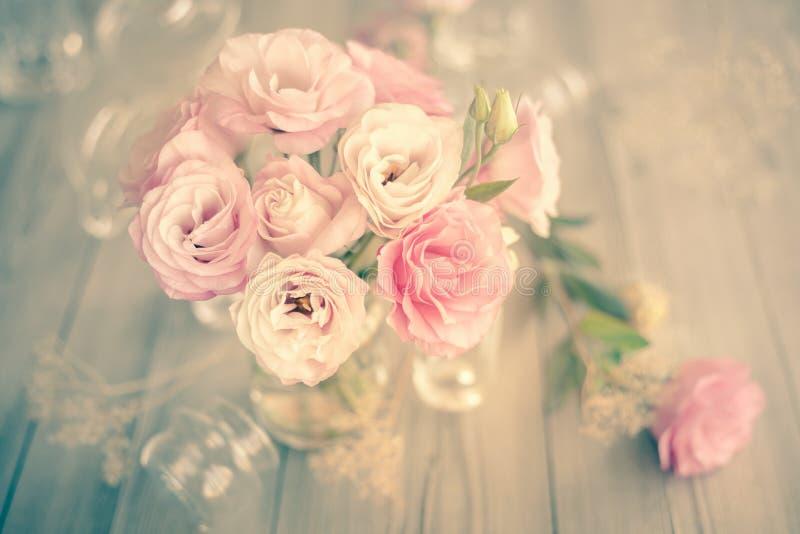 Ευγενής εκλεκτής ποιότητας ανθοδέσμη των όμορφων ρόδινων λουλουδιών στοκ εικόνες με δικαίωμα ελεύθερης χρήσης
