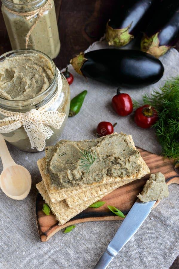 Ευγενής κόλλα, κόλλα από τη μελιτζάνα Διαιτητικό πιάτο Τεθειμένος σε ένα τραγανό λίγων θερμίδων ψωμί ικανότητας διατροφής στοκ φωτογραφία με δικαίωμα ελεύθερης χρήσης