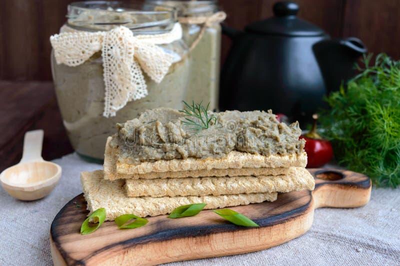 Ευγενής κόλλα, κόλλα από τη μελιτζάνα Διαιτητικό πιάτο Τεθειμένος σε ένα τραγανό λίγων θερμίδων ψωμί ικανότητας διατροφής Κουζίνα στοκ εικόνες
