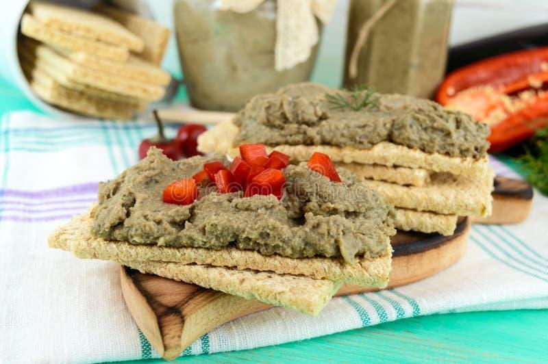 Ευγενής κόλλα, κόλλα από τη μελιτζάνα Διαιτητικό πιάτο Τεθειμένος σε ένα τραγανό λίγων θερμίδων ψωμί ικανότητας διατροφής Κουζίνα στοκ εικόνα