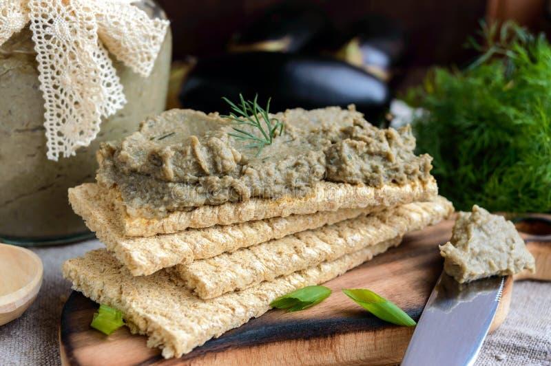 Ευγενής κόλλα, κόλλα από τη μελιτζάνα Διαιτητικό πιάτο Τεθειμένος σε ένα τραγανό λίγων θερμίδων ψωμί ικανότητας διατροφής Κουζίνα στοκ φωτογραφία με δικαίωμα ελεύθερης χρήσης