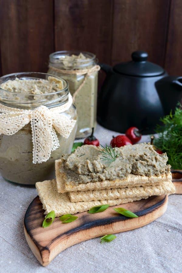 Ευγενής κόλλα, κόλλα από τη μελιτζάνα Διαιτητικό πιάτο Τεθειμένος σε ένα τραγανό λίγων θερμίδων ψωμί ικανότητας διατροφής Κουζίνα στοκ φωτογραφίες