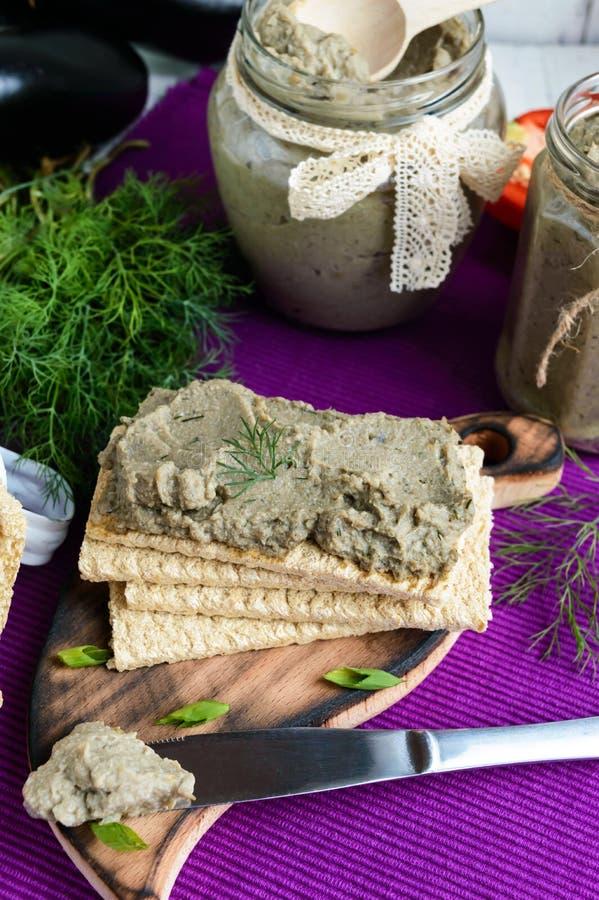 Ευγενής κόλλα, κόλλα από τη μελιτζάνα Διαιτητικό πιάτο Τεθειμένος σε ένα τραγανό λίγων θερμίδων ψωμί ικανότητας διατροφής Κουζίνα στοκ φωτογραφίες με δικαίωμα ελεύθερης χρήσης