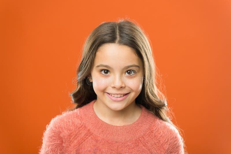 Ευημερία και υγεία Ακτινοβολία της ευτυχίας Χαμογελώντας παιδί κοντά επάνω r Cosmetology έννοια ομορφιάς Παιδί κοριτσιών στοκ φωτογραφία