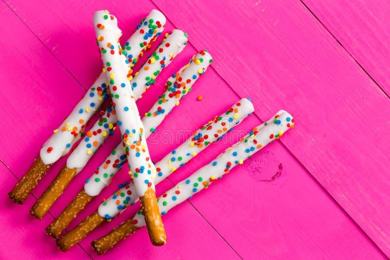 Ευθέα pretzels που ντύνονται με την άσπρη σοκολάτα στοκ εικόνα