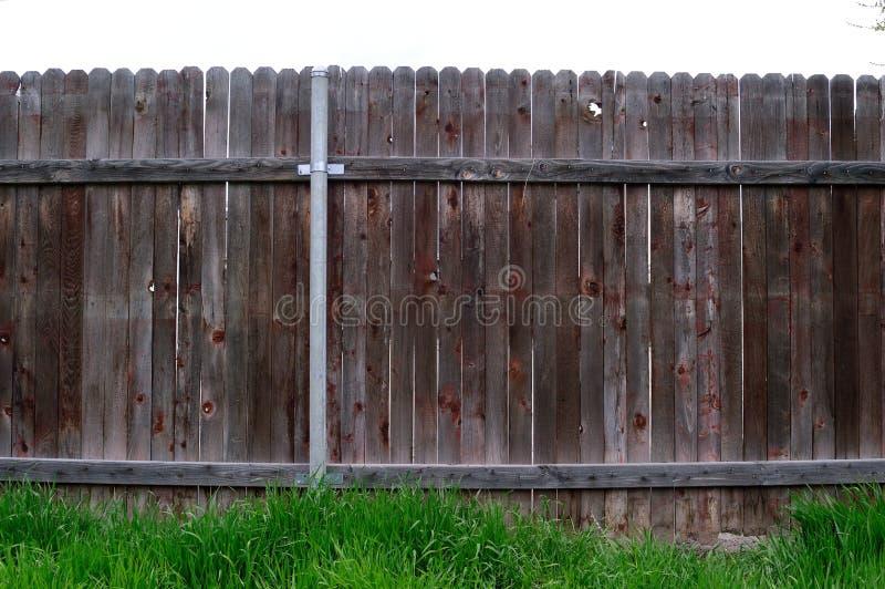 Ευθεία άποψη του παλαιού ξύλινου φράκτη μεταξύ των γειτόνων στοκ φωτογραφίες