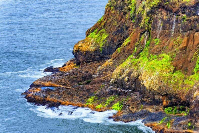 Ευθυγραμμισμένη απότομος βράχος ακτή στο ακρωτήριο Meares στο Όρεγκον στοκ εικόνες