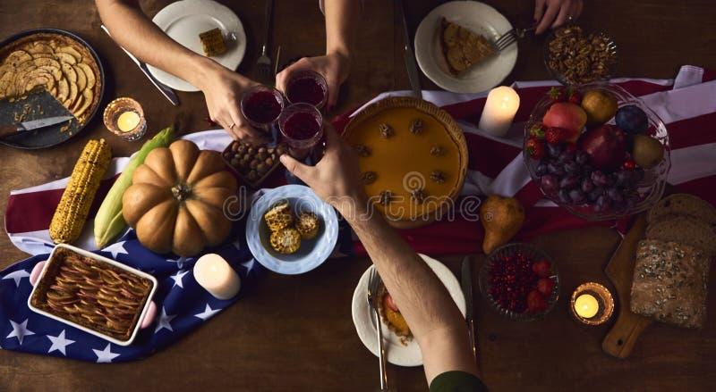 Ευθυμίες ανθρώπων που γιορτάζουν την έννοια διακοπών ημέρας των ευχαριστιών στοκ φωτογραφία με δικαίωμα ελεύθερης χρήσης