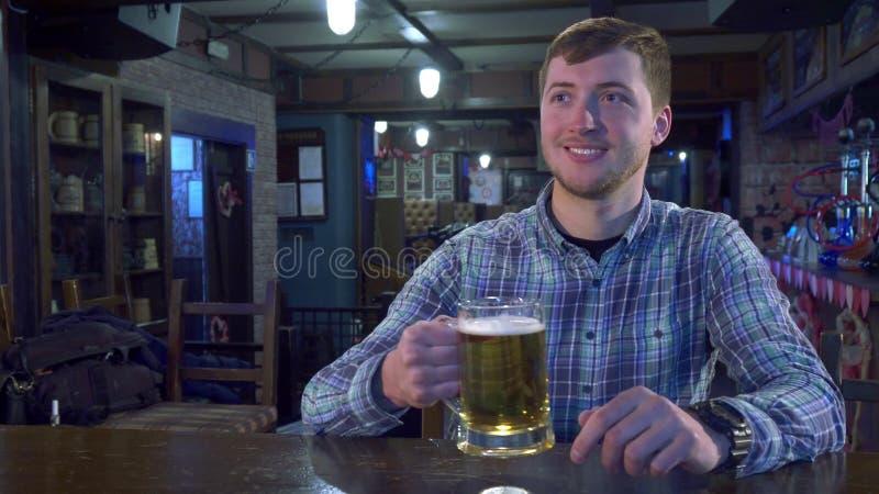 Ευθυμίες ατόμων με bartender στοκ εικόνα