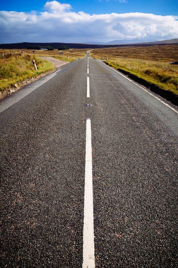 Ευθύς αυτοκινητόδρομος στις σκωτσέζικες ορεινές περιοχές, Σκωτία, UK στοκ εικόνες