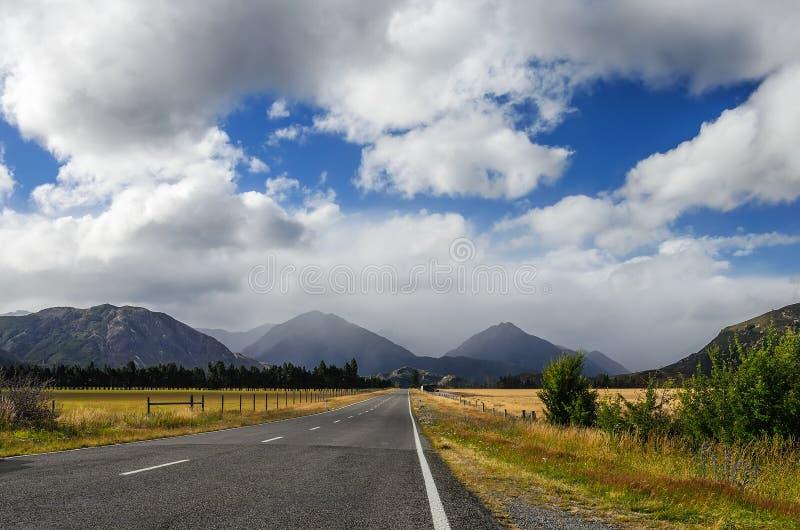Ευθύς κενός δρόμος στο βουνό, Νέα Ζηλανδία στοκ εικόνες
