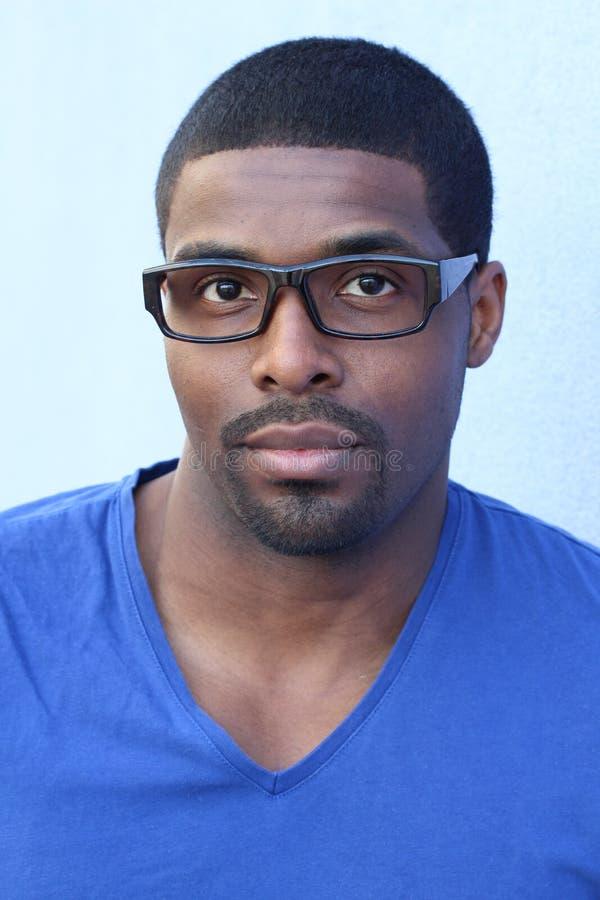 Ευθύ πρόσωπο του αφρικανικού ατόμου με eyeglasses στοκ εικόνα