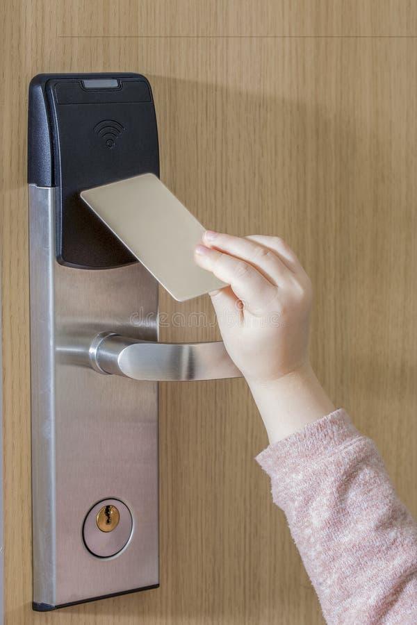 Ευκολία - - χρήση Αφή χεριών παιδιών ` s keycard στην πόρτα ξενοδοχείων στοκ εικόνες με δικαίωμα ελεύθερης χρήσης