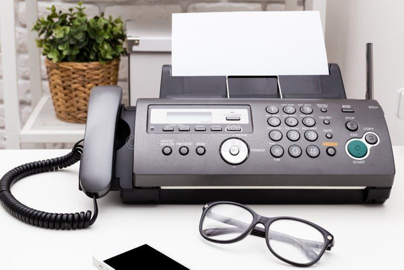 λευκό μηχανών απεικόνισης fax ανασκόπησης στοκ εικόνα με δικαίωμα ελεύθερης χρήσης
