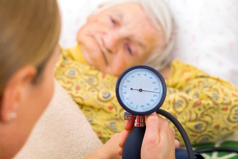 λευκό πίεσης μέτρησης αίματος ανασκόπησης στοκ εικόνα με δικαίωμα ελεύθερης χρήσης