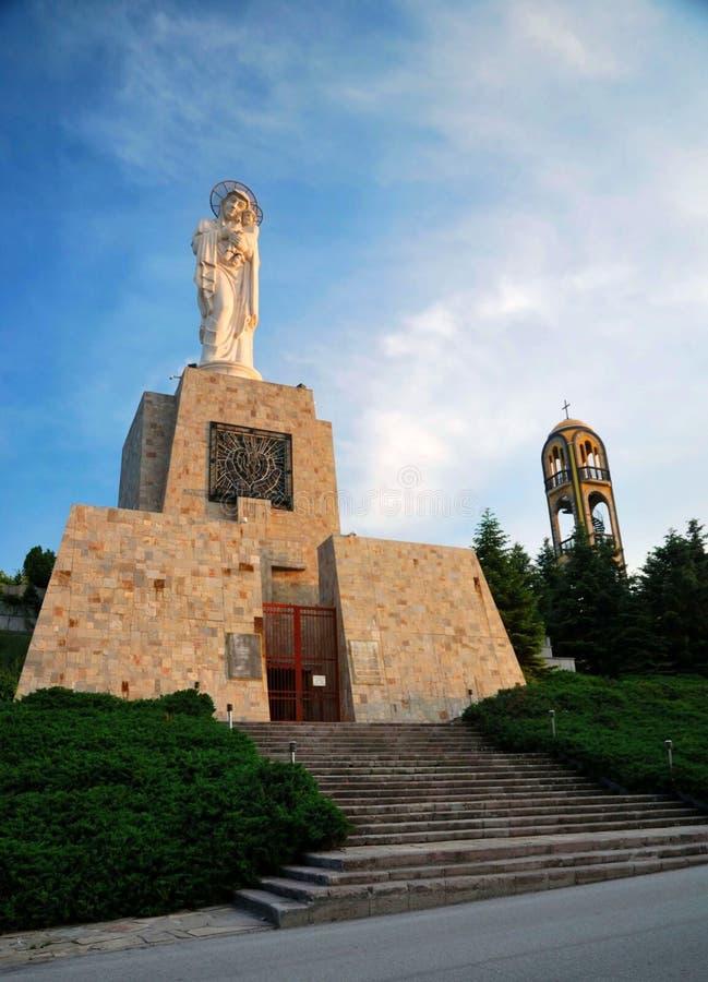 Ευλογημένο μνημείο της Virgin Mary και ο πύργος κουδουνιών στοκ φωτογραφία με δικαίωμα ελεύθερης χρήσης