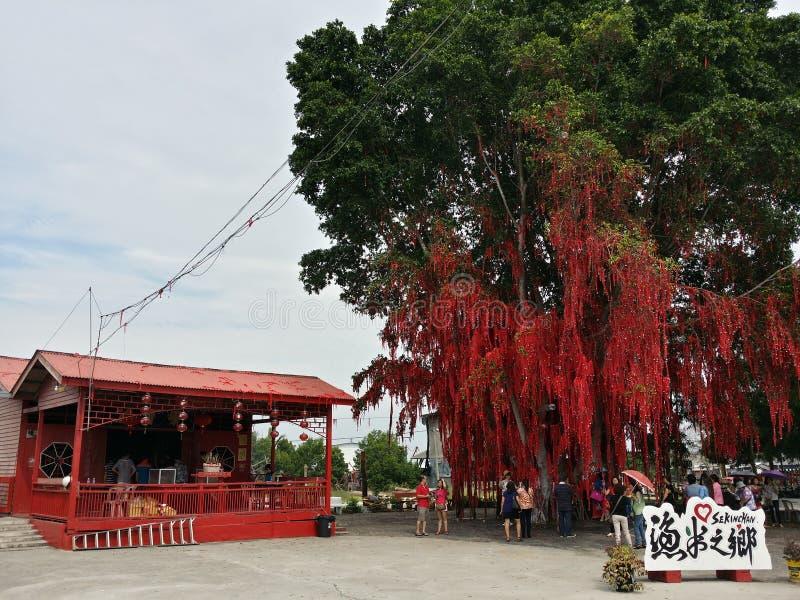 Ευμένος στα μηνύματα δέντρων τις καλές προσευχές κόκκινο δέντρο στοκ φωτογραφίες