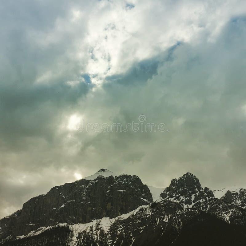 Ευμετάβλητα σύννεφα πέρα από το βουνό στοκ εικόνες