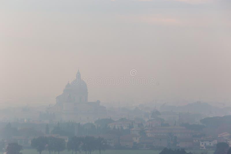Ευμετάβλητη άποψη της εκκλησίας Assisi, Ουμβρία, Ιταλία Angeli degli στη μέση της υδρονέφωσης φθινοπώρου στοκ φωτογραφία με δικαίωμα ελεύθερης χρήσης