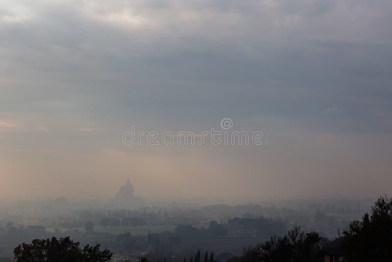 Ευμετάβλητη άποψη του S Μ εκκλησία Assisi, Ουμβρία, Ιταλία Angeli degli στη μέση της υδρονέφωσης φθινοπώρου στοκ εικόνα