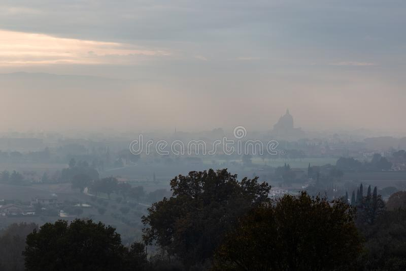 Ευμετάβλητη άποψη του S Μ εκκλησία Assisi, Ουμβρία, Ιταλία Angeli degli στη μέση της υδρονέφωσης φθινοπώρου στοκ εικόνα με δικαίωμα ελεύθερης χρήσης