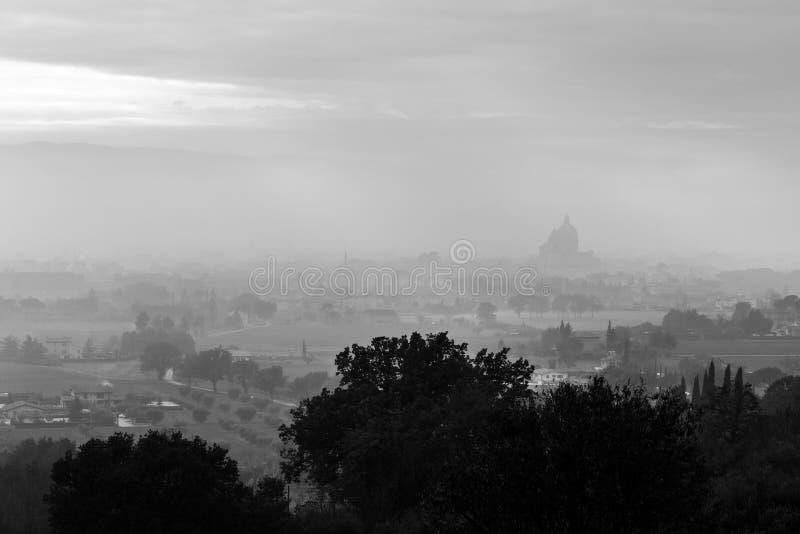 Ευμετάβλητη άποψη του S Μ εκκλησία Assisi, Ουμβρία, Ιταλία Angeli degli στη μέση της υδρονέφωσης φθινοπώρου στοκ φωτογραφίες με δικαίωμα ελεύθερης χρήσης