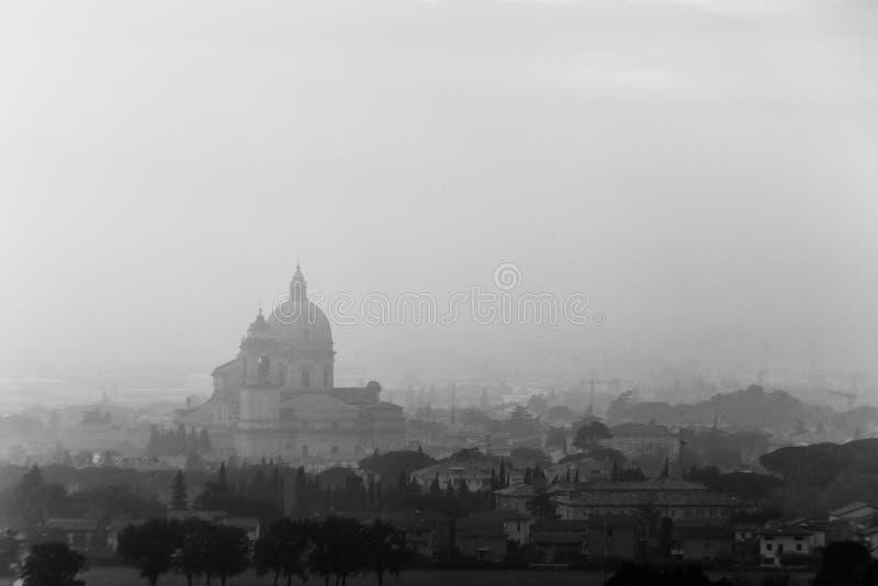 Ευμετάβλητη άποψη του S Μ εκκλησία Assisi, Ουμβρία, Ιταλία Angeli degli στη μέση της υδρονέφωσης φθινοπώρου στοκ φωτογραφία