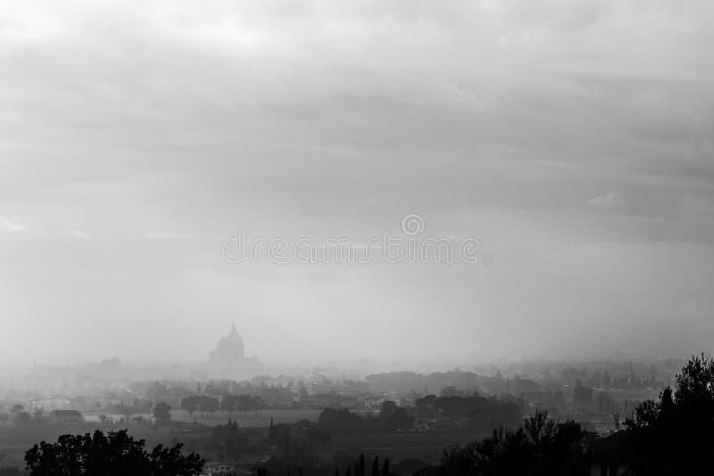 Ευμετάβλητη άποψη του S Μ εκκλησία Assisi, Ουμβρία, Ιταλία Angeli degli στη μέση της υδρονέφωσης φθινοπώρου στοκ εικόνες