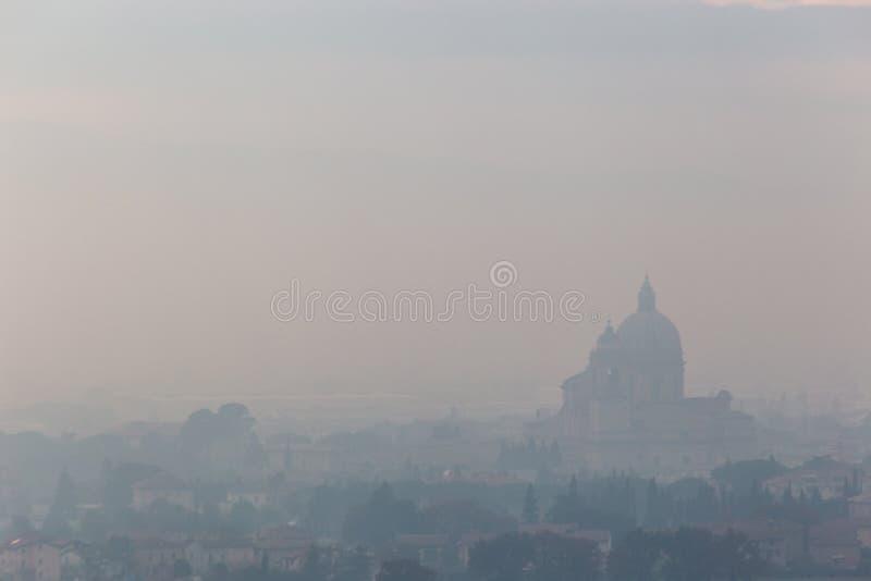 Ευμετάβλητη άποψη του S Μ εκκλησία Assisi, Ουμβρία, Ιταλία Angeli degli στη μέση της υδρονέφωσης φθινοπώρου στοκ φωτογραφία με δικαίωμα ελεύθερης χρήσης