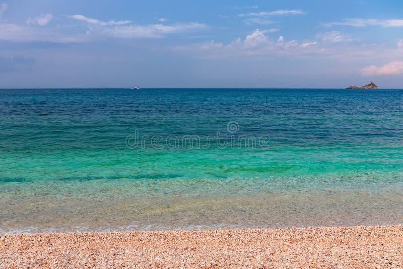 Ευμετάβλητο seascape Όμορφο seascape με τα σμαραγδένια νερά της θάλασσας του νησιού της Έλβας στοκ εικόνες