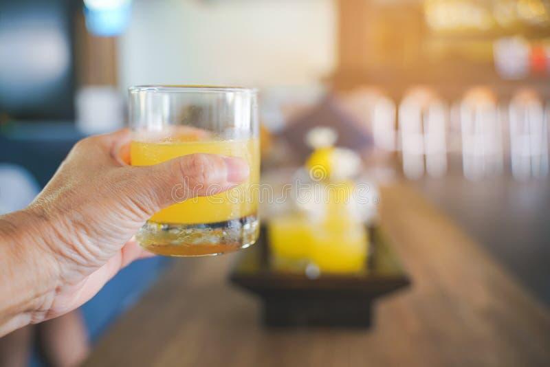 Ευπρόσδεκτο ποτό για τον πελάτη υπό εξέταση με το θολωμένο υπόβαθρο, εκλεκτής ποιότητας φίλτρο τόνου στοκ φωτογραφίες με δικαίωμα ελεύθερης χρήσης
