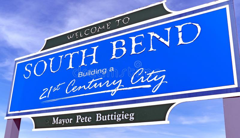 Ευπρόσδεκτο σημάδι της Ιντιάνα South Bend με το όνομα του δημάρχου κάτω, Pete Buttigieg στοκ φωτογραφίες