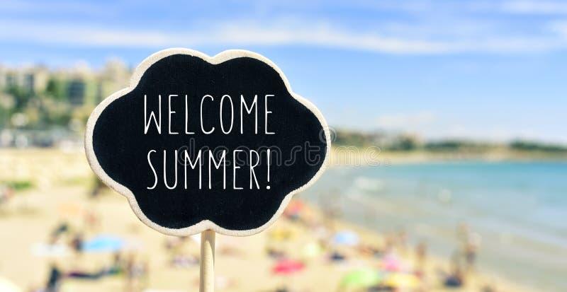 Ευπρόσδεκτο καλοκαίρι κειμένων στην παραλία στοκ φωτογραφία