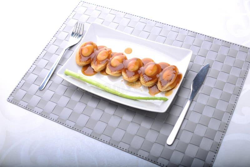 Ευρέως servings φυτωρίου σε μια λεπτή να δειπνήσει ρύθμιση στοκ εικόνες
