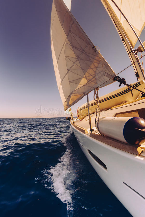 Ευρεία άποψη γωνίας βαρκών ναυσιπλοΐας στη θάλασσα στοκ εικόνα με δικαίωμα ελεύθερης χρήσης