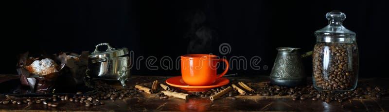 Ευρεία άποψη γωνίας της ακίνητης ζωής στο θέμα καφέ στοκ εικόνες