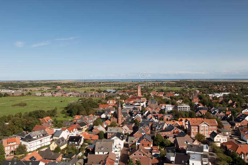Ευρεία άποψη κατά μήκος των κτηρίων και ο τομέας χλόης κάτω από έναν μπλε ουρανό στο βόρειο borkum Γερμανία νησιών θάλασσας στοκ φωτογραφίες με δικαίωμα ελεύθερης χρήσης