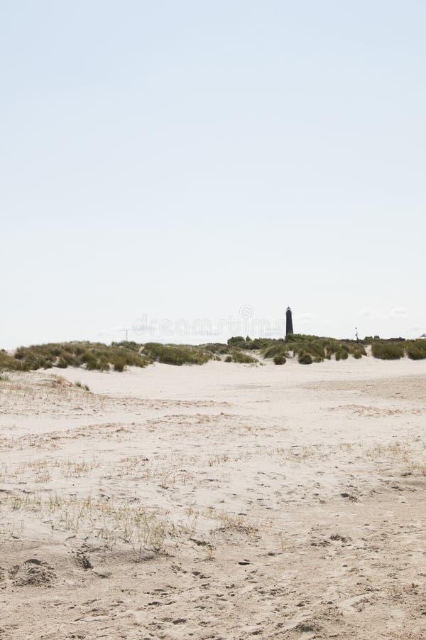 Ευρεία άποψη σχετικά με την άσπρη άμμο και το καμπαναριό στον ορίζοντα κάτω από έναν μπλε ουρανό στο βόρειο borkum Γερμανία νησιώ στοκ εικόνες με δικαίωμα ελεύθερης χρήσης