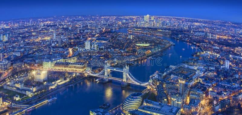 Ευρεία άποψη της πόλης του Λονδίνου σε μια όμορφη νύχτα στοκ εικόνες